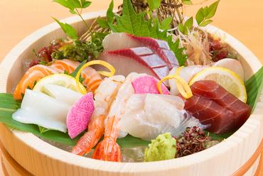 鮮魚を満喫!『おけ盛り七種(ひらめ・はまち・サーモン・赤えび・たい・いか・めばち)』