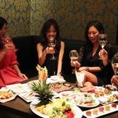 毎週水曜日:女性はシャンパン一杯無料。ワンランク上の女子会