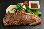 国産牛のサーロインを自慢のグリルでじっくり丁寧に焼き上げれば、肉の旨みが凝縮されジューシィなおいしさが味わえます。国際的な街でも日本らしさを感じてもらおうと、わさびで食べるのもポイントです。