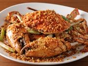 大ぶりのマッドクラブを高温の油で揚げ、特製のガーリック調味料で味付けした看板メニュー。ひきしまった甘みのある蟹の身と、ピリ辛の風味が絶妙の組み合わせです。残ったタレはご飯や焼きそばにかけても美味。