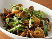 豆鼓と呼ばれる黒豆を発酵させた調味料で、大粒のアサリを炒めた香港の定番料理。辛くてコクのあるソースが、アサリの濃厚な旨みを引き立てます。しっかりとした味付けで、ビールと相性抜群。