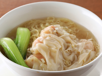職人手づくりのワンタンがたっぷり入った、上品な味わいの『海老ワンタン麺』