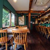 阿佐ヶ谷の閑静な住宅街で、深緑と木の風格ある佇まい