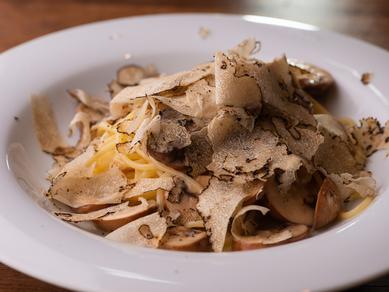 本場の味わい『トリュフをたっぷりかけたパルメザンチーズのスパゲッティ』