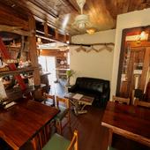 木の温もりを大切にしたワイルドな店内は、手作りの空間