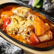 赤パプリカと人参と鶏肉の上にチーズをかけて、バーナーで炙って仕上げたイタ飯ふうなメニュー。