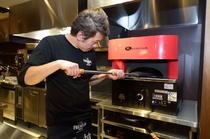 高温で一気に焼き上げる自慢のピザ窯
