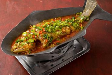 発酵させた季節の白身魚を蒸し煮にした『香辣魚(臭魚~季節の白身魚の香辣蒸し)』※サイズにより価格変動