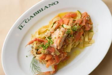 カニ本来の旨みを堪能できる、シンプルなのに奥深い『香箱ガニのタリアテッレ フレッシュトマトソース』