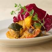 旬の野菜をたっぷり使った、彩の美しい一皿。シチリアの定番料理『夏野菜のシチリア風カッポナータ』