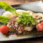 豚肉はさっぱりしたヒレ、程よく脂がのった肩ロースから選べて、さらに6種類のソースから好みの味を選べます。食べ応えしっかりでお肉好きに好評の逸品です。