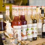 カシス、ココナッツ、ブルーベリー…。果実感あふれるリキュールのブランド「MONIN(モナン)」のバリエーションは、各種カクテル、サワーで楽しめます。ノンアルコールカクテルも豊富です。