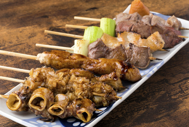 国産豚肉を使用した『やきとん』の注文は1本単位、「秘伝のタレ」or「オリジナル塩」をお選びください
