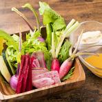 色とりどりの新鮮野菜は日替わり10種ほどを盛り付けます。写真はビーツの千切り、カラー人参、わさび菜、すずかぼちゃ、雪カブなど。小500円、中750円も選べます。