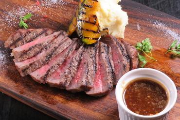 濃厚な肉の旨味を堪能できる『佐賀牛霜降りステーキ オニオンソース』