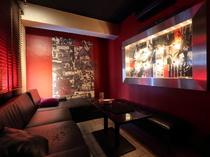 情熱的な赤で統一されたソファー個室