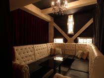 シャンデリア煌めく、個室の横の部屋