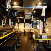 黒のシックな内装に、黄色のラインが映えるオシャレな空間