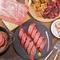 記念日や誕生日には、人気の肉料理と特製デザートで祝福!