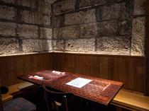 蔵の風情を感じさせる、石の壁