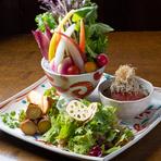 """地元で育てられた鮮度抜群の野菜を使ってつくる、素材重視のメニュー。地元の契約農家から直送の新鮮野菜を""""生のまま""""から、素材を活かす""""煮る・焼く""""などの調理方法でご提供。"""