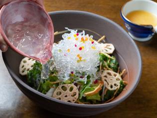 獲れたての地元野菜を使用。ローカロリーの海藻パスタを添えて