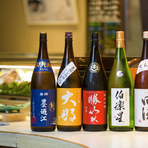 刺身や寿司の鮮度や味はもちろん、コップの傾き具合で飲み物の残り具合を考慮したり、お客様の様子で次の料理を出すタイミングを計ったりと細やかな気配りも行き届いており、安心してビジネスの席にも使用できます。