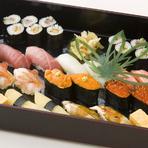 大トロ、うに、いくら、ボタンエビ、数の子、カニと彩りも鮮やかで豪華な出前用寿司。有明の海苔を使った子持ち昆布巻も隠れた人気。ネタの上質さや盛りの美しさはもちろん、15-20分で届ける速さも人気の秘訣。