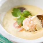 鰹風味に刺身でも食べられる白身やエビ、カニ、貝がたっぷり入った海鮮茶碗蒸し。丼サイズなのでラーメンの代わりにお酒の〆で食べにくる人もいる人気の逸品です。