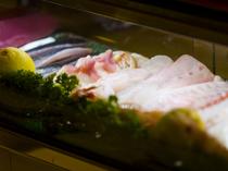 三陸産の新鮮な魚介が並ぶネタ箱