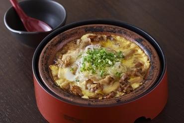 秘伝のタレで長時間煮込んだ、まろやかな味わいの『肉豆腐』