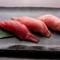 大阪で活魚を取り扱う魚屋に出向き、目利きするなどして仕入れ