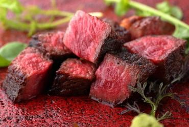 お店の定番人気メニュー。炭火で焼いた肉汁たっぷりの『山形牛赤身』