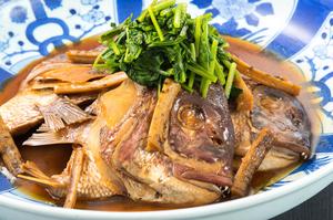 白飯もお酒も進む、料理長自慢の『鯛のあら焚き』