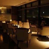 煌びやかな、成田国際空港の夜景を望むラウンジ席