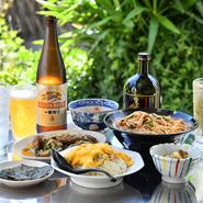 お店の前に用意されたテラス席。天気の良い日にはビール片手に、お食事を堪能してみるのも良いかもしれません。気持ちの良い風に吹かれながらのお食事は、普段とはひと味違ったものになることでしょう。
