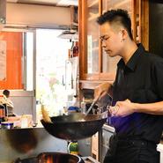お客さまの好みを伺いながら細かな味付けの注文に対応できるのは、対面形式の個人店ならでは。「おいしいをつくる」のコンセプトそのままに、ぴったりのおいしさを見つけて頂ければ幸いです。