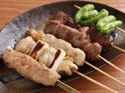 店の看板メニューである『串焼き』は、鶏や豚、野菜など種類も豊富。鶏肉には国産鶏を使用しています。好きな串を注文できる他、盛り合わせもあり色々な味を楽しめそう。味付けは塩と自家製の味噌ダレから選べます。
