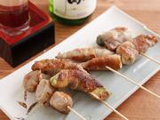 オクラやプチトマトなどの新鮮野菜を豚肉で巻き、じっくり丁寧に焼き上げています。豚肉は一頭買いしたSPFポークを使用。味付けは塩と自家製の味噌ダレから選べます。1本から気軽に注文できるのも嬉しいですね。