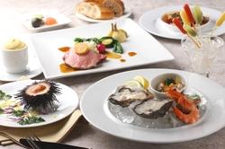 旬の魚介をフレンチをベースとしながらも、様々なディティールを融合し現実的タッチで四季折々を表現 。