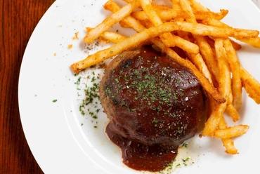 絶妙な肉感とフワフワ感 赤ワインソースでいただく『ハンバーグステーキ』