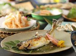 土曜日限定コース。築地から仕入れる旬の鮮魚をはじめ、季節の食材で彩り豊かにもてなす小粋な隠れ家です。