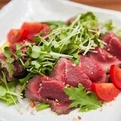 しっかりとした牛の旨味を味わう『ローストビーフのサラダ』