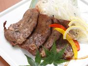 肉質の良い牛タンのみを使用し、藁焼きにして旨みを閉じ込めています。香ばしい藁の匂いと牛タンのさっぱりした味わいを楽しめる料理です。こだわりの3種の薬味と岩塩が牛タンによく合います。