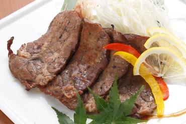 藁の匂いと牛タンのさっぱりとした味わいを楽しめる『牛タンの藁焼き 3種の薬味で』