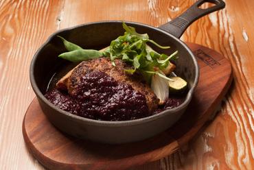 濃厚なお肉の味が楽しめる『山形牛と米の娘ぶたのハンバーグ』