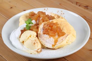 フワフワのとろける食感がたまらない!アップルパイを思わせる『アップルシナモンパンケーキ』