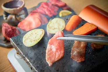 シンプルかつ贅沢な焼肉『富士溶岩石焼』