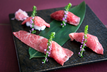 1貫ずつ注文できる『神戸牛ステーキ寿司』~「赤身」500円、「中とろ」800円、「大とろ」1600円