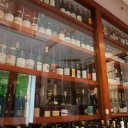 店内の一角にずらりと並ぶワイン。その数、常時1000本ほど。料理の良きパートナーとしてワインを楽しみたい人は、合わせる楽しみがあります。また、ワインバーとしても申し分なし。